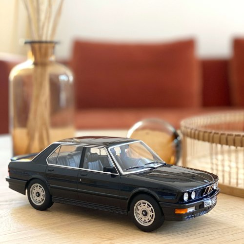 BMW M535i 1986 - Black metallic 1:18